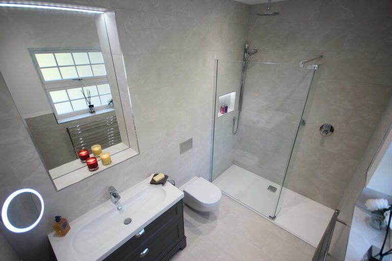 1.-Stunning-guest-en-suite-tiled-in-Minoli-Moon-Onyx.